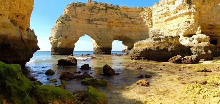 Admirez les falaises de la Praia da Marinha