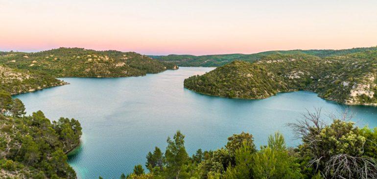 Sauvage, authentique et d'une grande beauté : venez à la découverte du lac d'Esparron